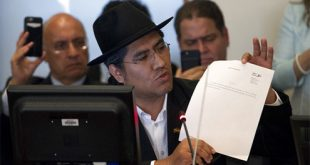 La resolución fue adoptada tras una caótica sesión que el embajador venezolano Samuel Moncada abandonó en señal de protesta tras denunciar que el texto es írrito porque se abordó la situación de su país sin su consentimiento. La OEA inició su reunión 48 horas después de que el Tribunal Supremo de Justicia de Venezuela suprimiera el sábado las acciones con las que había retirado sus poderes a la Asamblea Nacional.