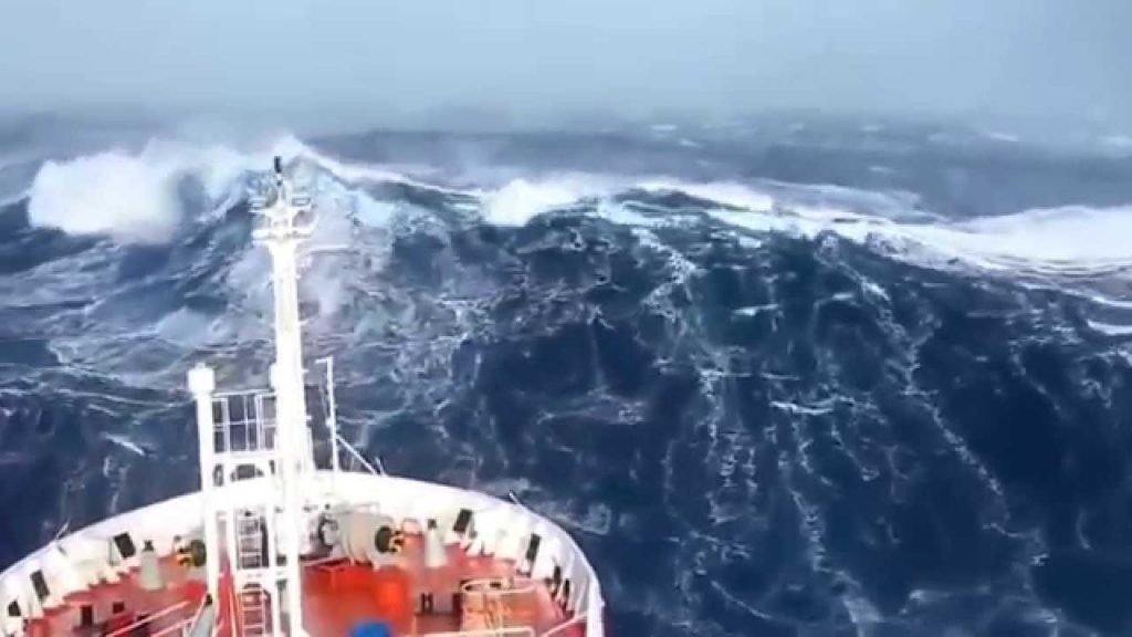 SHIPS IN STORM Horrible FOOTAGE – New 2017