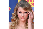 Taylor Swift wavy hair