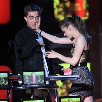 Kristen Stewart and Robert Pattinson Accepting Award for Best Kiss