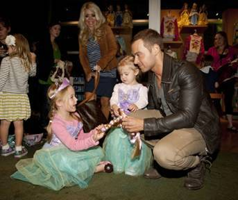 SANTA MONICA PLACE - OCTOBER 2011: Joey Lawrence with his daughter shopping at the Disney Store Halloween BOOtique