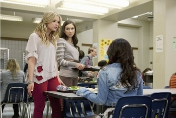 Pretty Little Liars: Season 2, Episode 2 :: The Goodbye Look