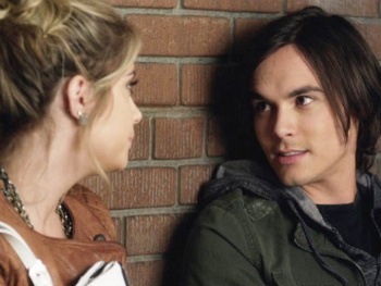 Pretty Little Liars: Season 2, Episode 15:: A Hot Piece of A
