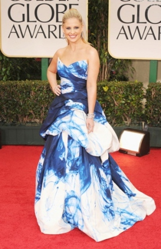 Tie Dye Terrible! Sarah Michelle Gellar looks like she brought the beach to the red carpet.
