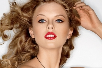 Taylor Swift in dramatic, glossy red lipstick