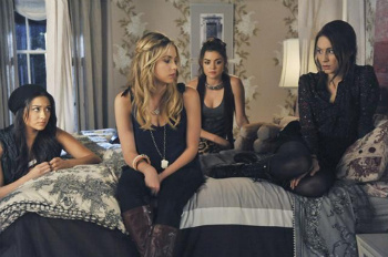Pretty Little Liars: Season 2, Episode 21 :: Breaking the Code