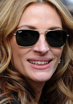 Julia Roberts' heart-shaped face looks great in these light frames
