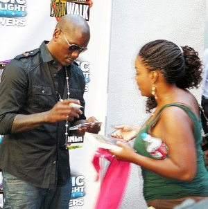 TYRESE-SIGNS ALBUM FOR FAN