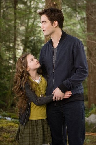 Edward (Robert Pattinson) and daughter Renesmee (Mackenzie Foy)