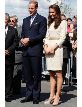 A conservative look, all in beige. Kate's purse, bag and shoes all match her dress.