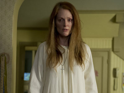 Mom (Julianne Moore) sees Carrie in her bloody dress