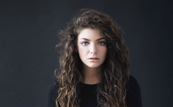 Lorde has naturally curly locks