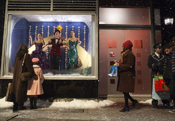 Santana, Kurt and Lea sing in a store window