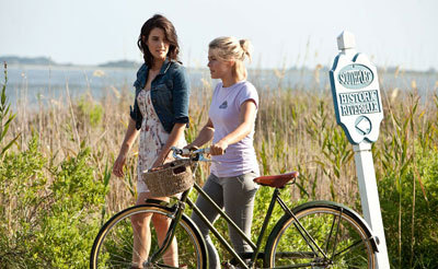 Katie (Julianne) and neighbor Jo (Cobie Smulders)