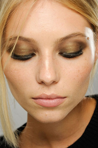 Choose your favorite eyeshadow shade and apply all over the eyelids.