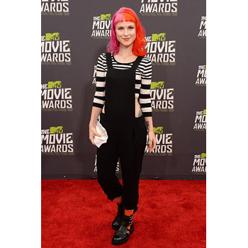 Hayley Williams is way too dressed down in this weird outfit - the whole fun in the red carpet is dressing up!