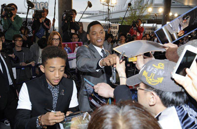 Will and Jaden sign autographs in Tokyo