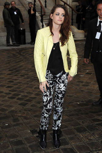 Kristen Stewart adds her rock chic style to the printed pants trend