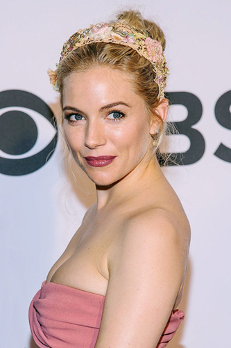 Sienna Miller knows how to rock a pretty summer headband!