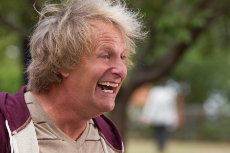 Harry (Jeff Daniels) in a goofy, happy moment