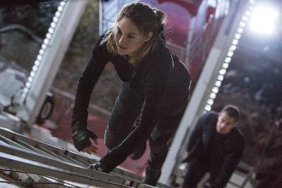Tris (Shailene Woodley) and Four (Theo James climb the big Ferris wheel