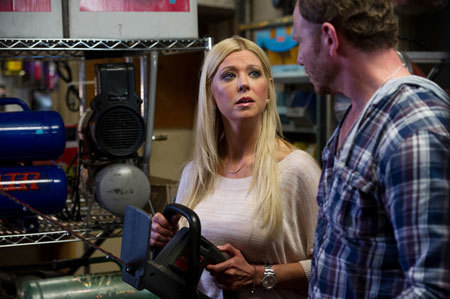 April (Tara Reid) and Fin (Ian Ziering) try to arm themselves