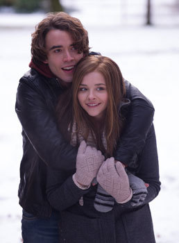 Mia (Chloë) and Adam (Jamie Blackley) hug in the snow