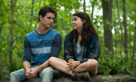 Wesley (Robbie Amell) encourages Bianca (Mae Whitman)