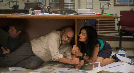Lawrence (Paul Giamatti) and a reporter duck for cover