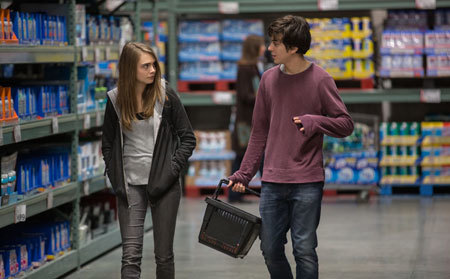 Quentin (Nat Wolff) and Margo stock up for the road trip