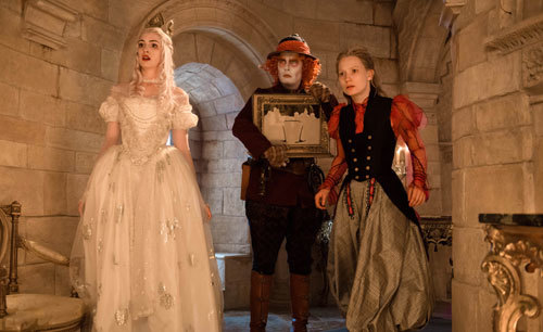 White Queen, Hatter and Alice confront Red Queen