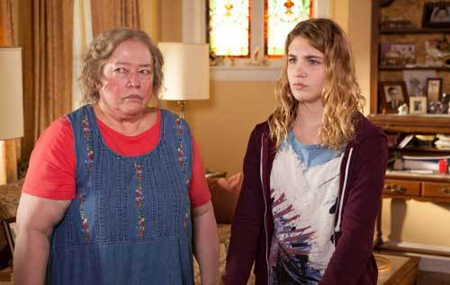 Gilly (Sophie) with foster mom Trotter (Kathy Bates)