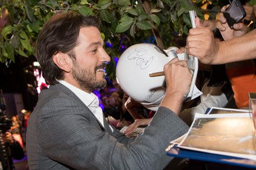 Diego Luna (Cassian) signs autographs at fan event