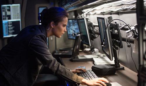 Heather (Alicia Vikander) keeps tabs on Bourne