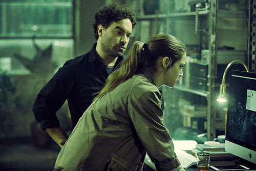 Gabriel (Johnny Galecki) and Julia research the tape