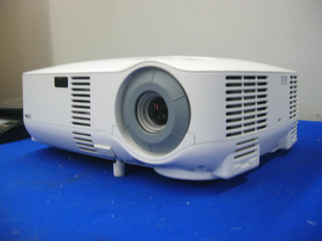 NEC VT580 LCD Projector 2000 ANSI Lumens 549 Lamp Hours