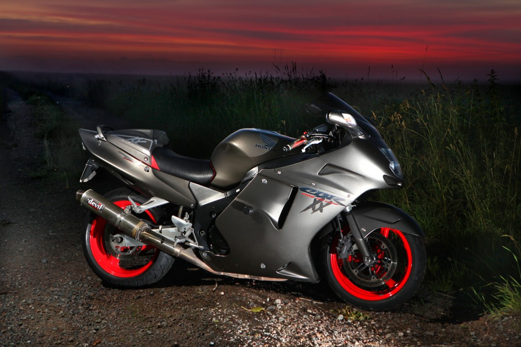 Honda_CBR1100XX_during_sunrise