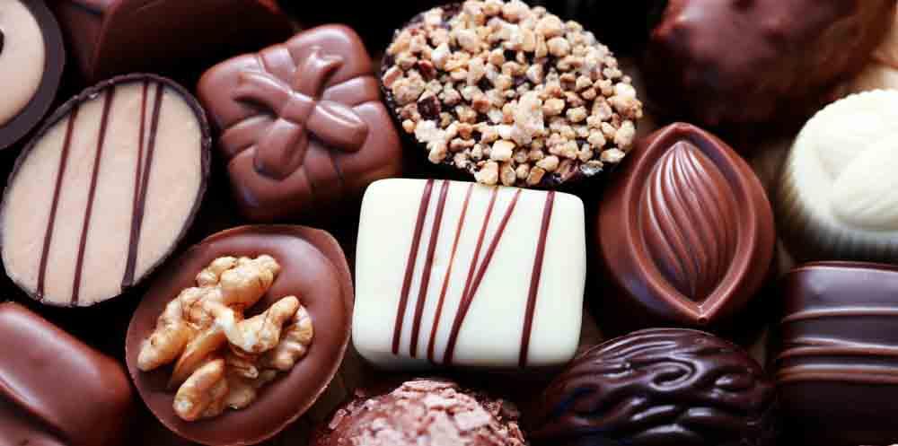 O chocolate possui aminas, substância que altera a calibração e dilatação dos vasos sanguíneos contribuindo para a dor de cabeça