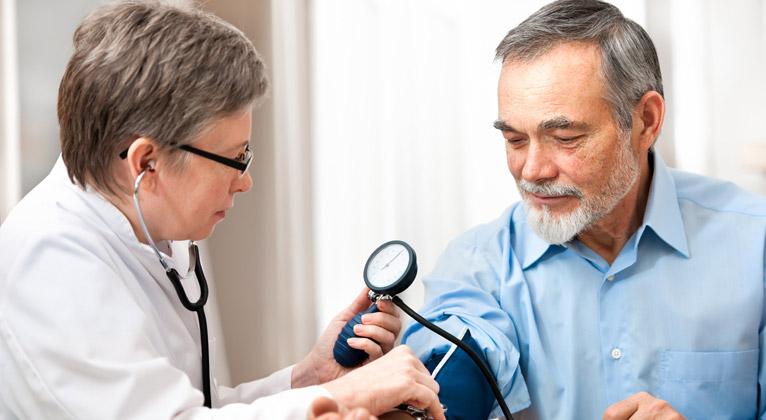 """Ditado """"quem procura, acha"""", não vale para a saúde, alerta oncologista"""