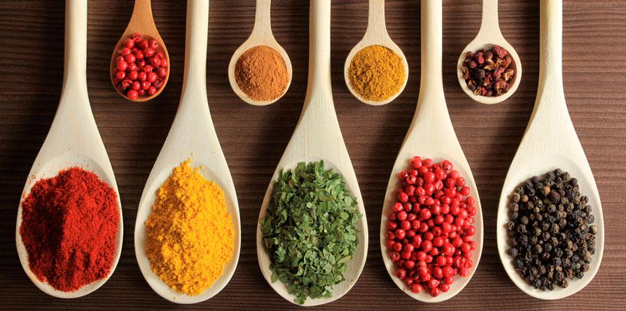 8 temperos que ajudam a diminuir o sal nas refeições