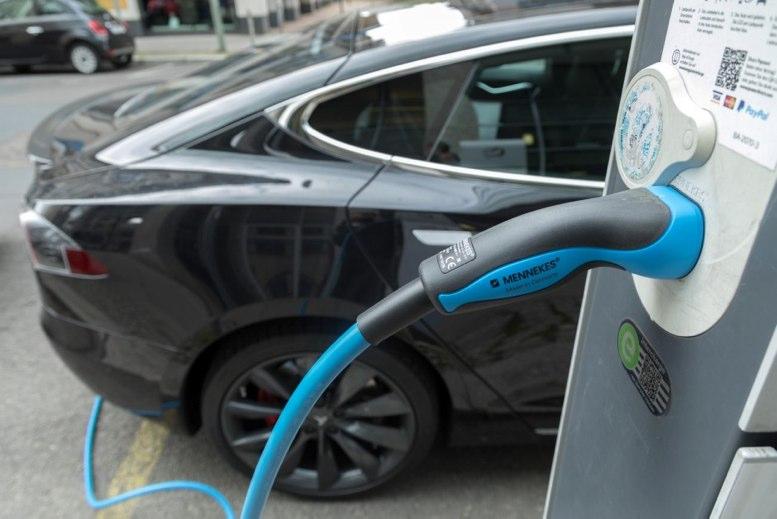 Proliferan los autos eléctricos, pero, ¿dónde se les carga?