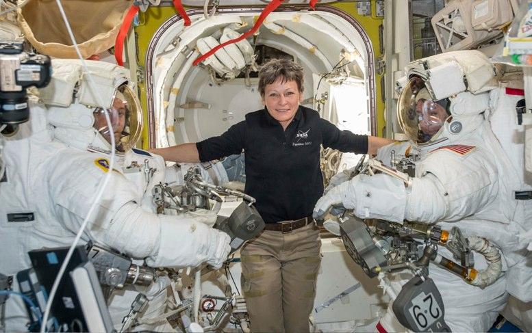 La astroauta de récord Whitson y dos colegas regresan a Tierra