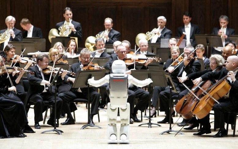 Robot dirige concierto con el tenor Andrea Bocelli