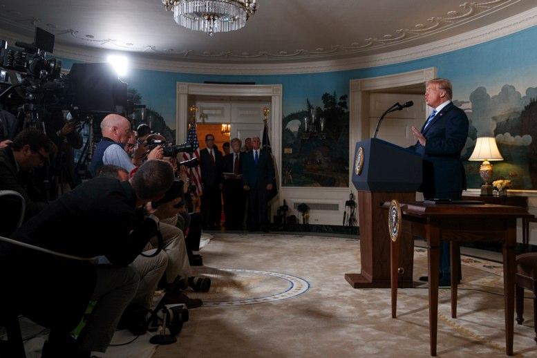 Trump sugiere retirar acreditaciones a la prensa que hable mal de él