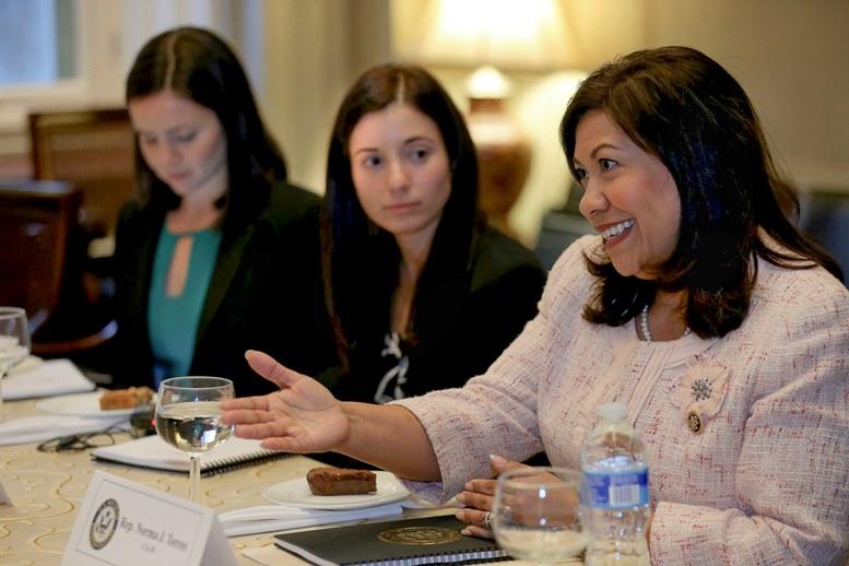 Firman ley de congresista Norma Torres contra corruptos centroamericanos