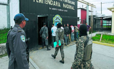 Presos dos policías de penal en Gracias, por discriminar a travesti