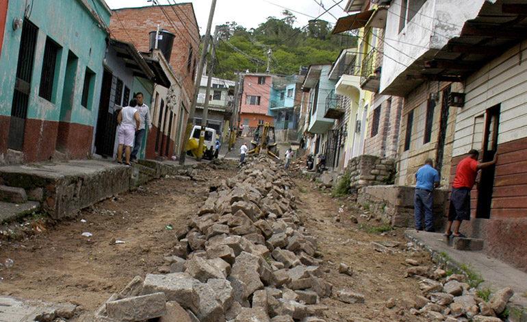 Pavimentan calle de adoquines en el Barrio Morazán
