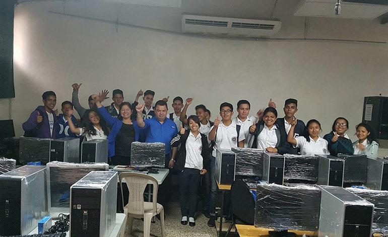 Colegiales reciben moderno equipo de computación