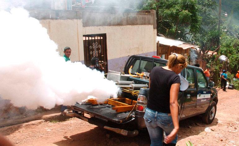 Población cierra puertas a fumigadores