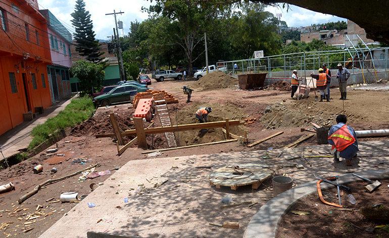 Paralizan pavimentación por fuga de aguas negras en El Hato de Enmedio
